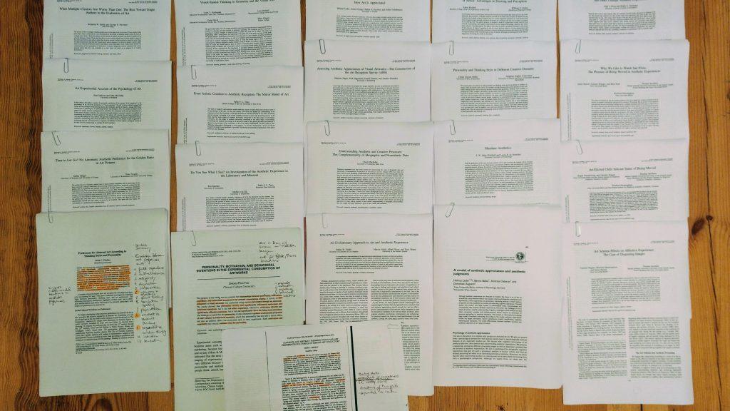 Eine Anzahl wissenschaftlicher Artikel auf dem Boden liegend