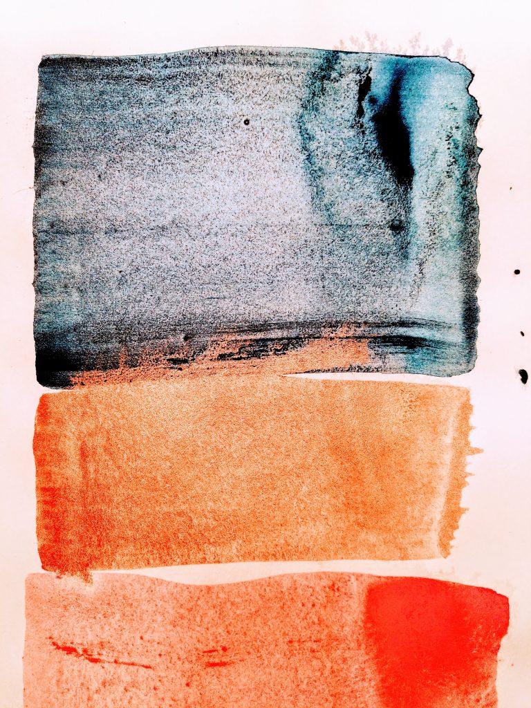 blaue, goldene und neonrote pigmente auf papier