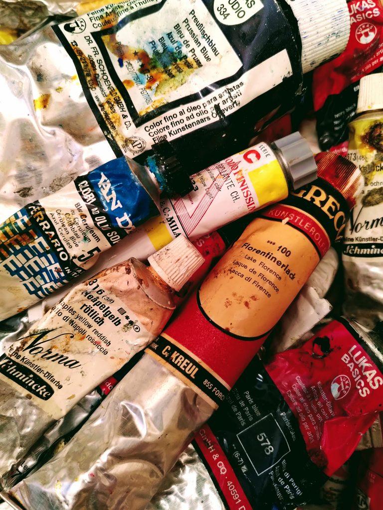 verschiedene Tuben mit Ölfarbe