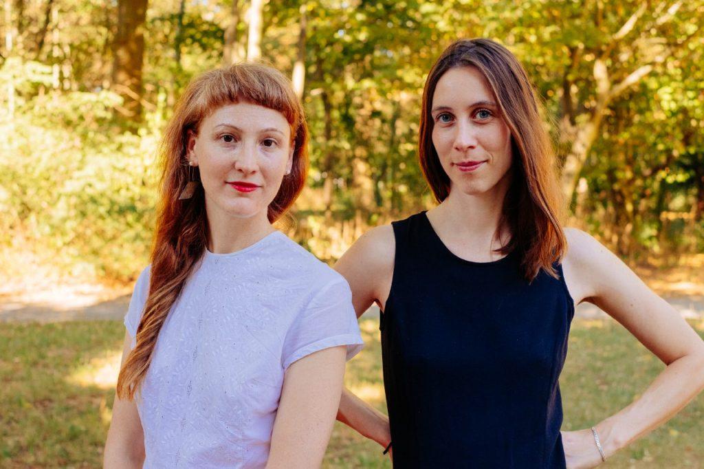 Fotografie mit Kerstin Schoch (linkst) und Lily Martin (rechts) im Grünen