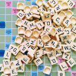 ein Haufen Buchstaben auf einem Scrabble Spielfeld / a bunch of letters at a Scrabble board playfield