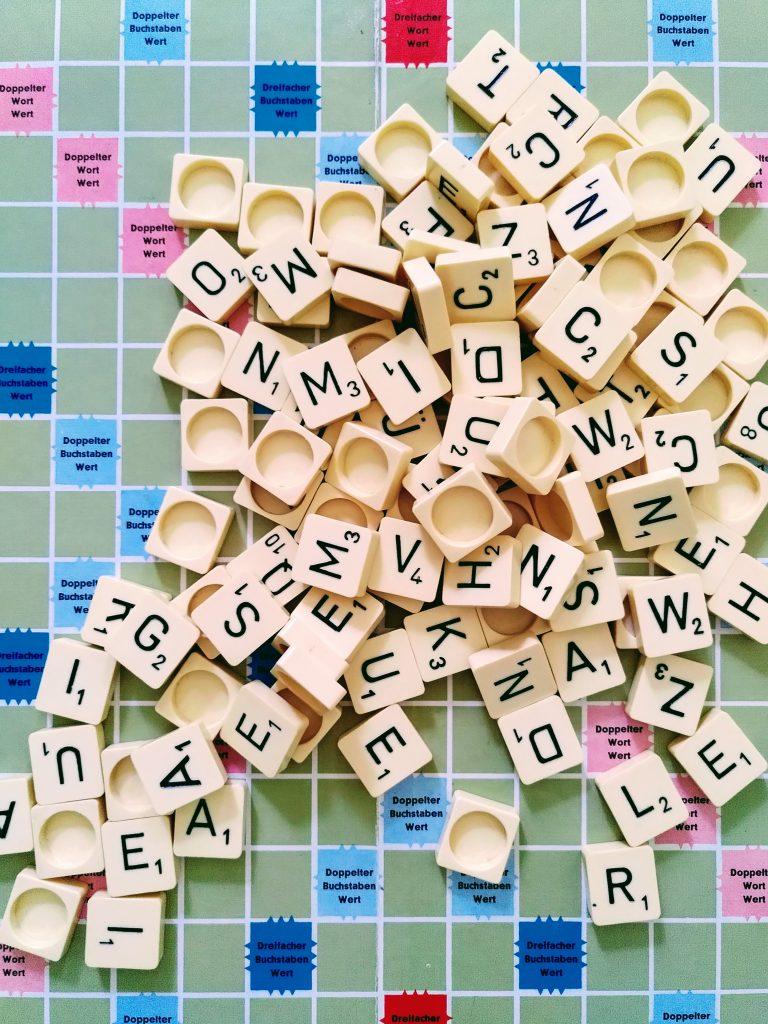 ein Haufen Buchstaben auf einem Scrabble Spielfeld