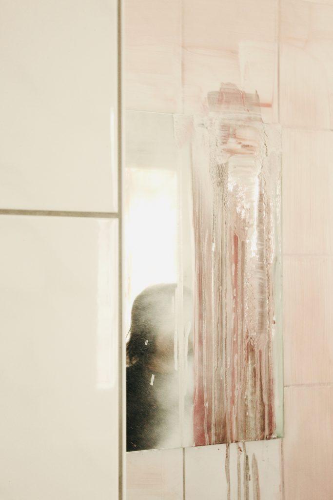 durch einen bemalten Spiegel schimmert das Porträt einer Person hindurch | through a painted mirror shimmers the portrait of a person